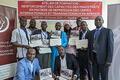 The participants of the seminar with their certificates